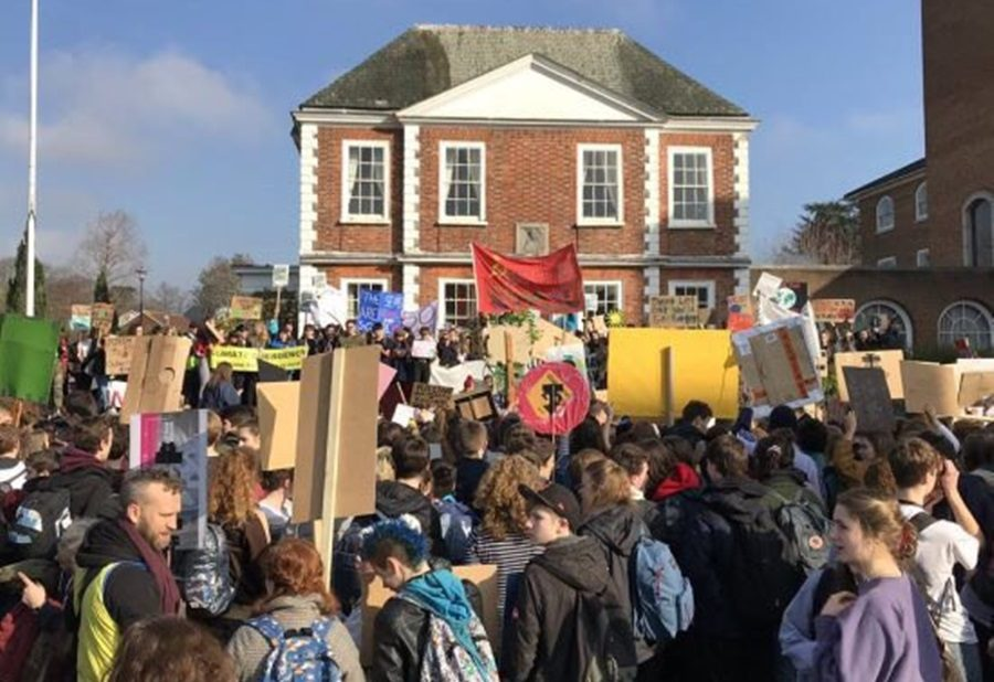 Британские школьники вышли на забастовку с советским флагом