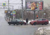 Фото дня: старая «Волга» буксирует Tesla