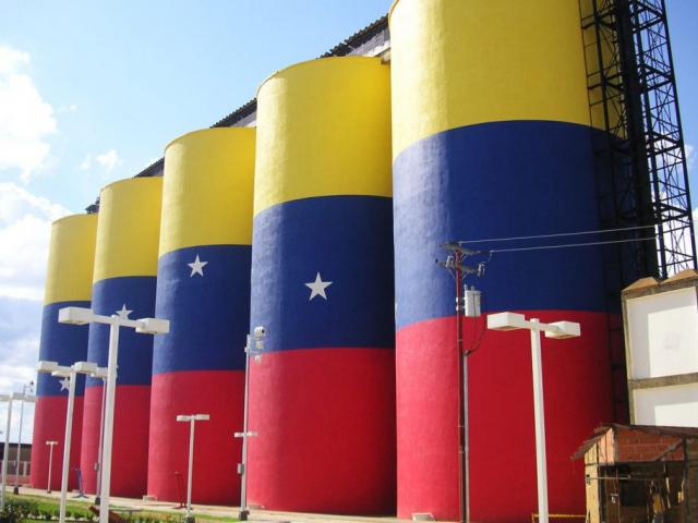 Нефтяники Венесуэлы переводят счета в российский банк