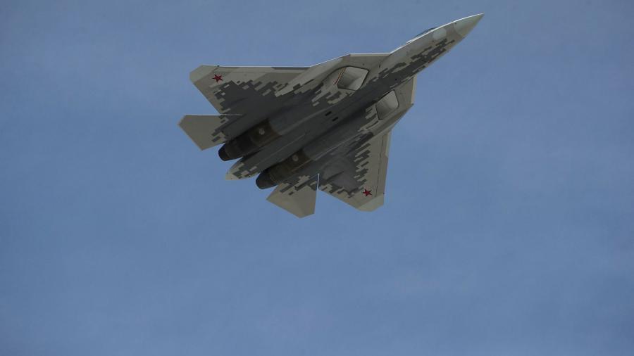 Названы сроки поставок в ВВС России истребителя пятого поколения Су-57