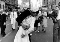 В США умер моряк с фотографии «Поцелуй»