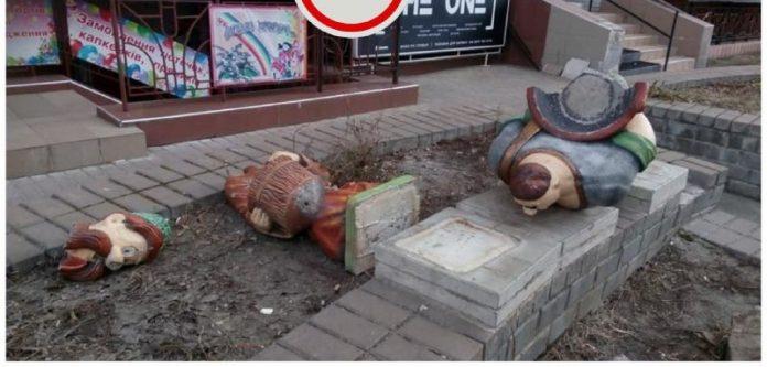 В Киеве вандалы разрушили памятник казакам из советского мультфильма