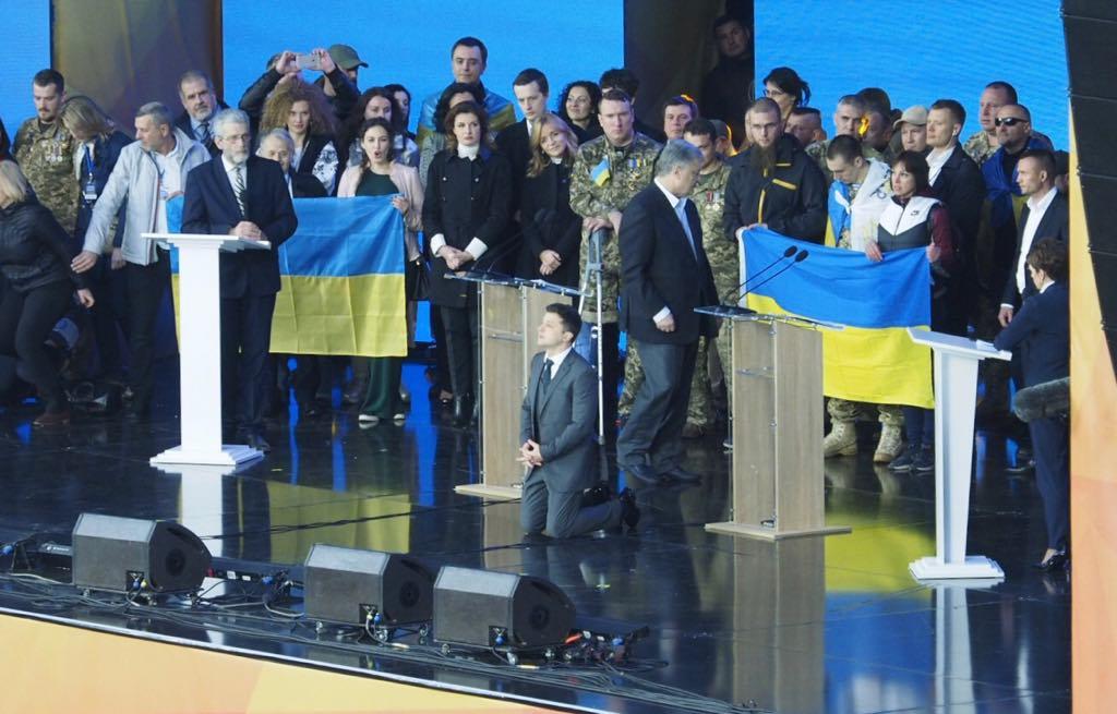 Политическое коленопреклонение. Чем закончились дебаты Зеленского и Порошенко