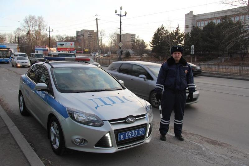 В Хабаровске полицейский спас мужчину из горящей машины