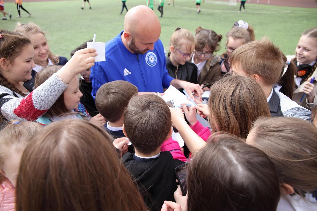 Автографы и мастер-классы: футболисты «Оренбурга» встретились со школьниками
