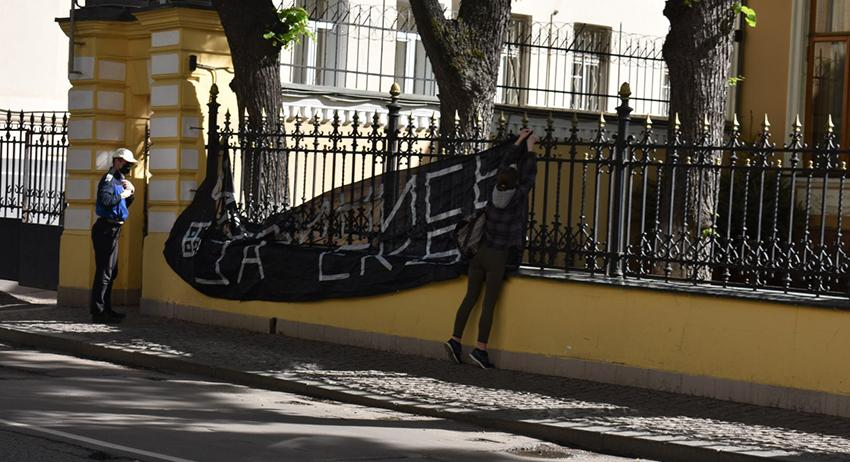 У резиденции Патриарха появился баннер «Извинись за Екб»