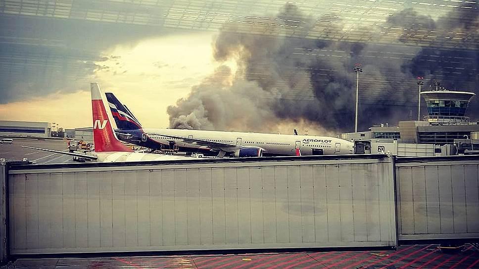 Пассажирский самолет Superjet-100 загорелся при приземлении в Шереметьево