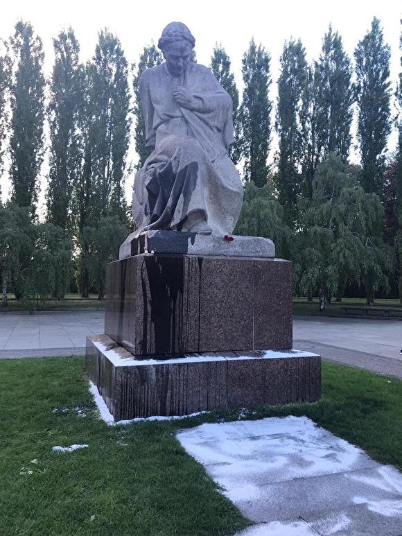 В Берлине облили монумент «Родина-мать» черным маслом