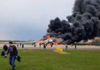 Погибший бортпроводник пытался открыть дверь в хвосте горящего лайнера
