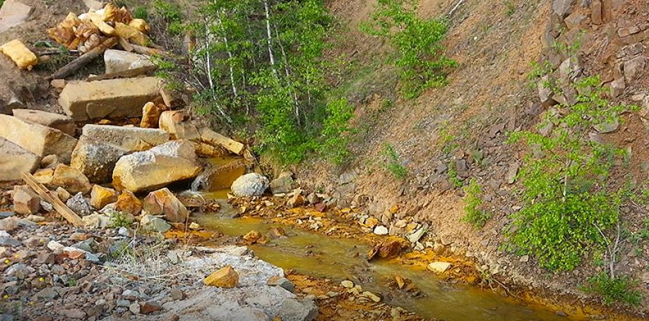 Река в бурятском Закаменске окрасилась в оранжевый цвет