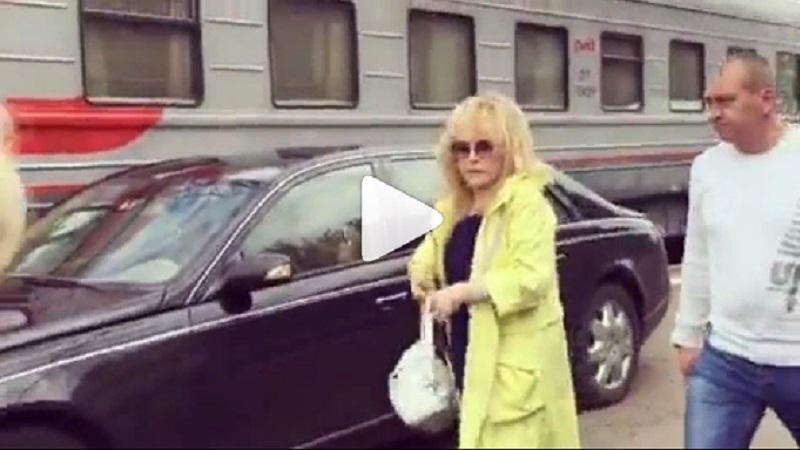 Авто на перроне: в РЖД прокомментировали эффектный отъезд Пугачёвой