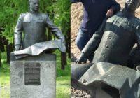 В Киевской области нацисты снесли памятник Жукову и пообещали «добраться до Харькова»