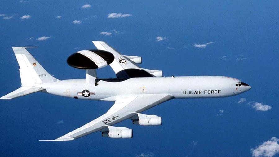 Военный самолет США загорелся в воздухе