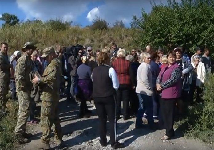 В Донбассе украинские силовики разогнали жителей, протестующих против мародерства ВСУ