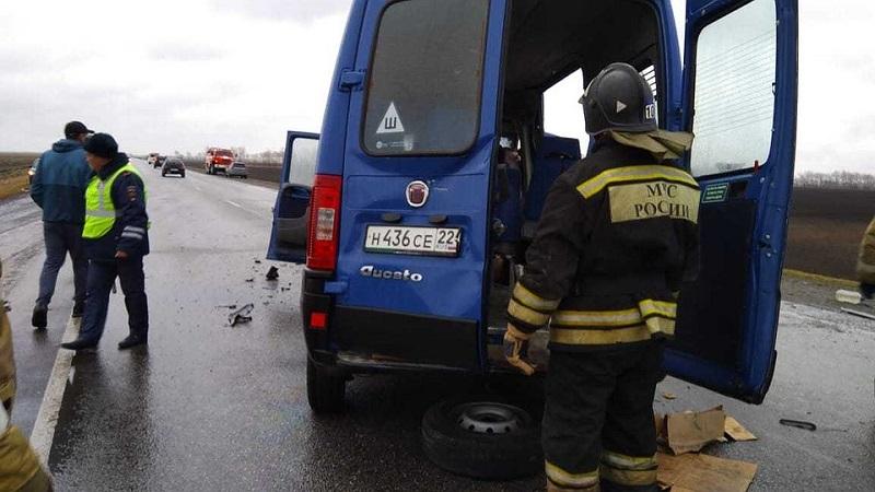 Семь погибших: на Алтае столкнулись два минивэна