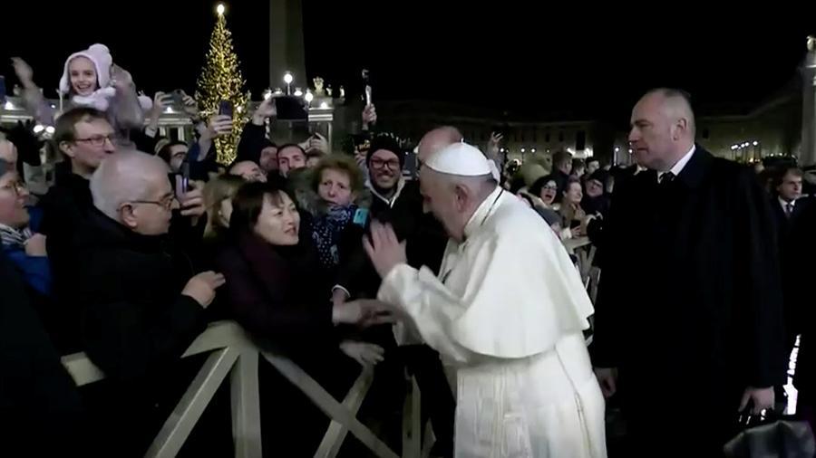Скандал в Ватикане. Папа римский ударил прихожанку