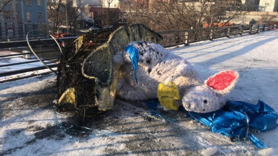 Во Владивостоке символ Нового года сожгли вандалы