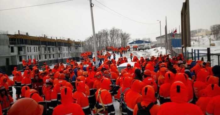 Сотни строителей с острова Русский вышли на стихийную забастовку