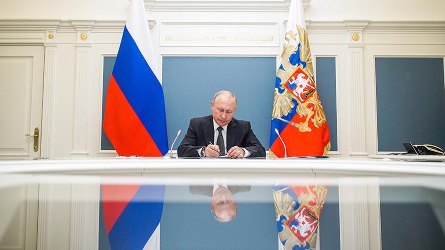 Путин продлил на год санкции против Запада