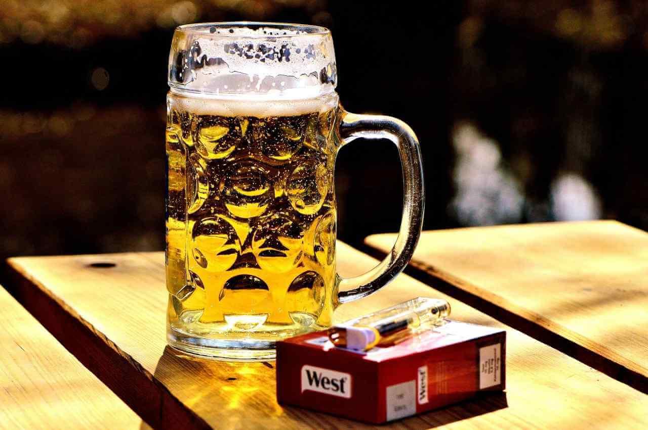 Столетний мужчина назвал секретом долголетия курение и алкоголь