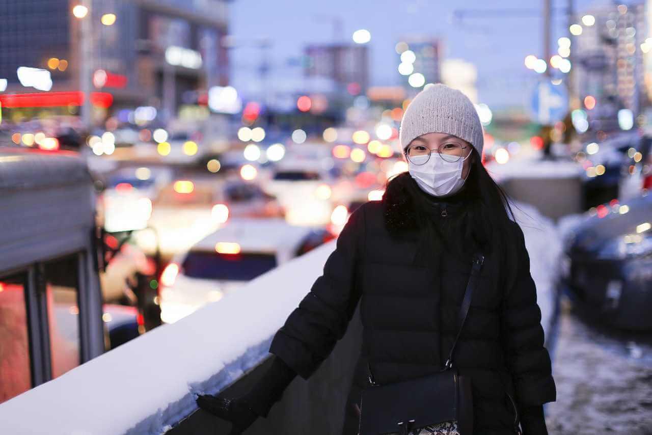 Россиянам не советуют носить маски на улице зимой