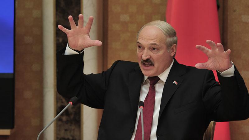 Лукашенко призвал перейти на кнопочные телефоны