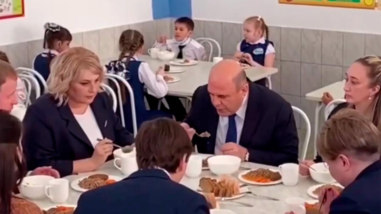 Мишустин съел котлету с гречкой в школьной столовой