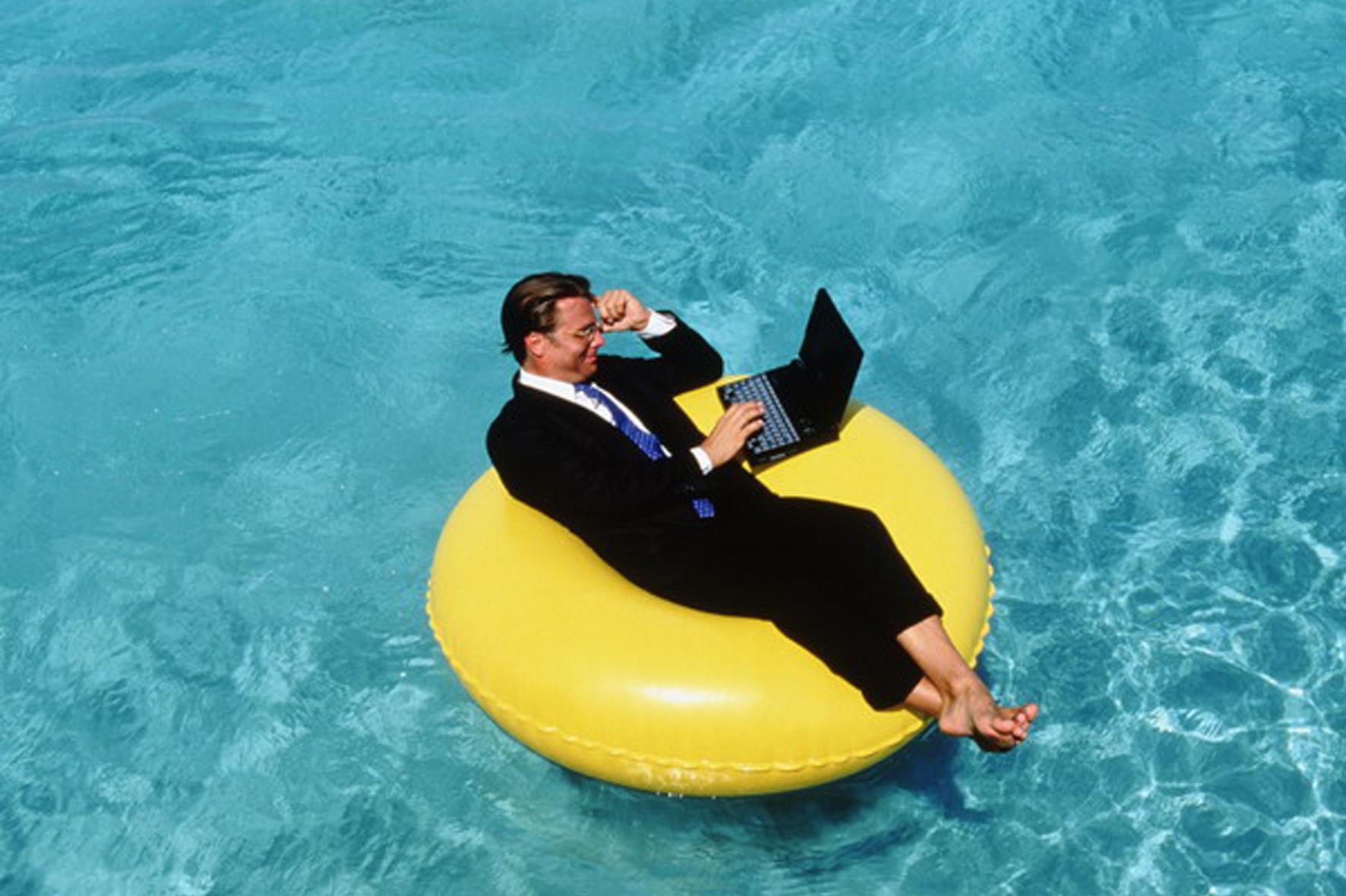 Россияне рассказали о необходимости работать в отпуске