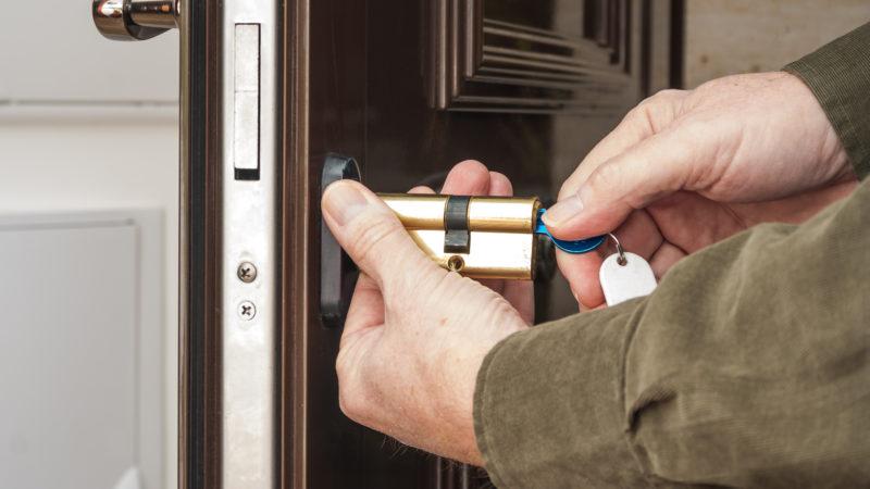 Как заменить замок входной двери с выездом