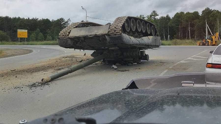 На въезде в Южно-Сахалинск уронили танк