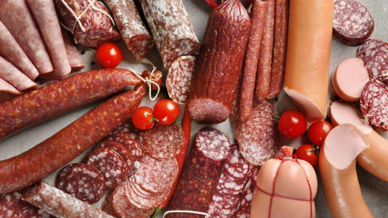 Колбаса и сосиски подорожают в России